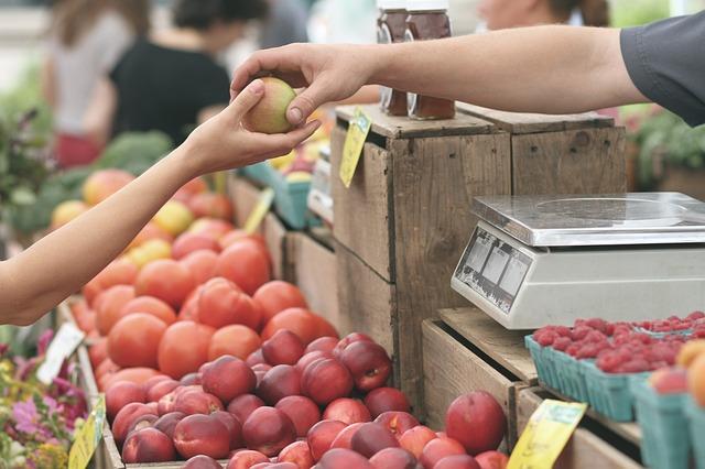 prodej ovoce na trhu