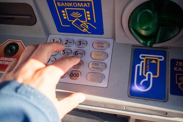 ruka na bankomatu