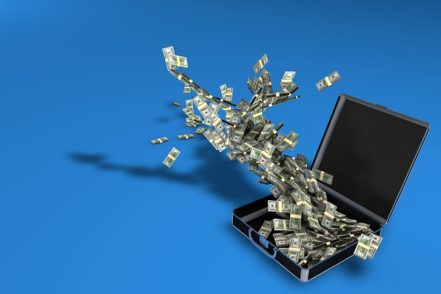 peníze nad kufrem