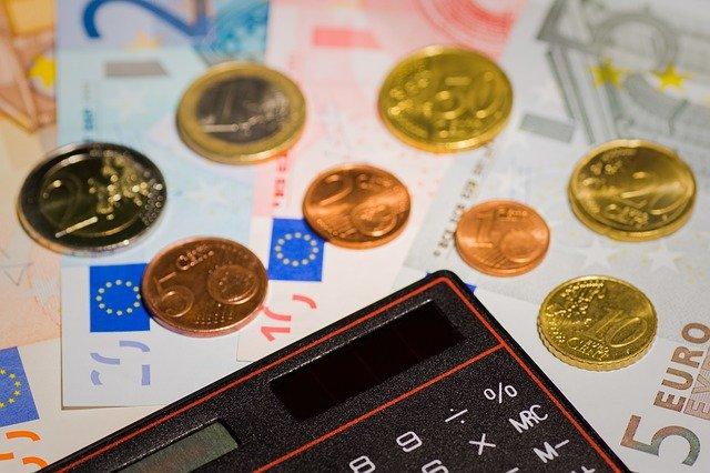 bankovky u kalkulačky
