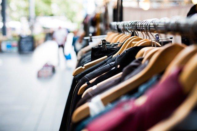 venkovní prodej oblečení