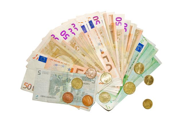 vějíř bankovek s mincemi.jpg