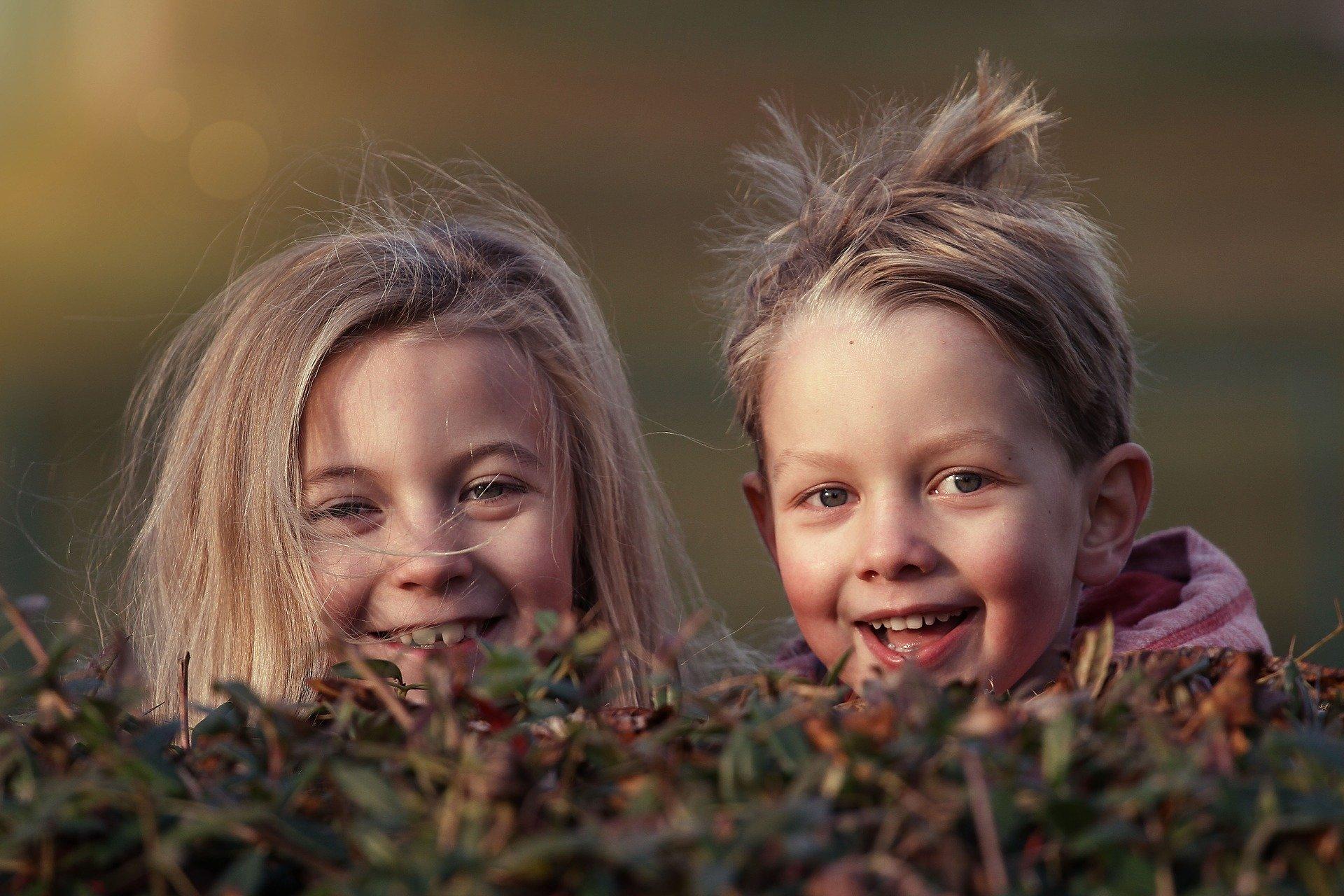 smějící se děti